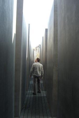 อนุสรณ์สถานฮอโลคอสต์: Holocaust Mahnmal memorial (2,700 concrete pillars of differing heights)