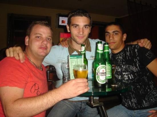 ซาเกร็บ, โครเอเชีย: Antho teste la Bière Croate tandis que Péné et moi préférons la Heinken