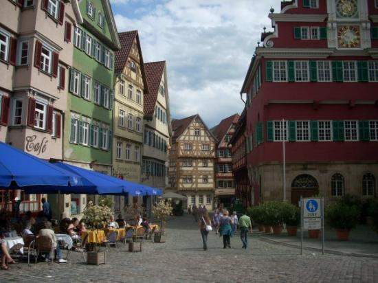 Esslingen am Neckar, เยอรมนี: Main square...red building is the old Rathaus (town hall)...