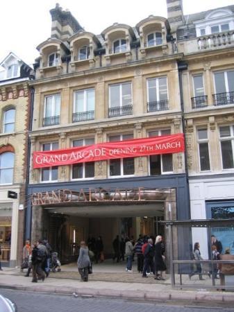 เคมบริดจ์, UK: Grand arcade !! The place !! =) notre lieu de RDV avec notre magasin : apple store ou au moin