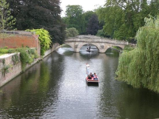เคมบริดจ์, UK: Punting on the River Cam