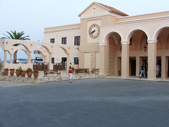 Roda Beach Resort & Spa: FRONT OF HOTEL