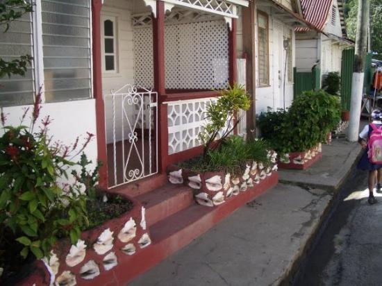 แคสตรีส์, เซนต์ลูเซีย: Conch shells built into the wall.  at St Lucia