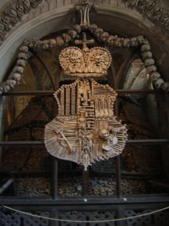 chiesa delle ossa a Kutna Hora (questo è lo stemma...alto due metri e passa)