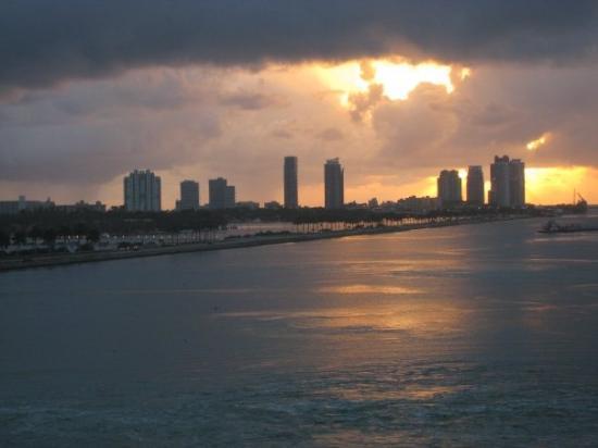 ไมอามี่, ฟลอริด้า: Pulling back into Miami