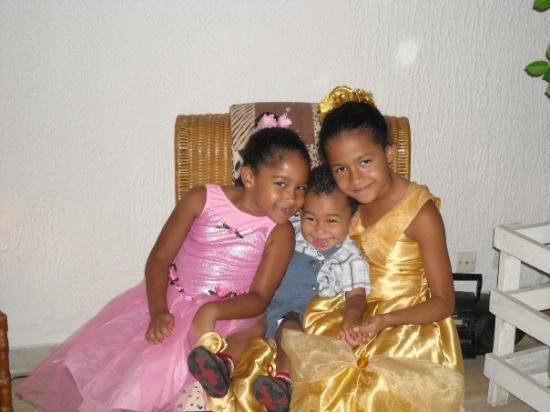 Abidjan, โกตดิวัวร์: Les princesses et leur cousin!