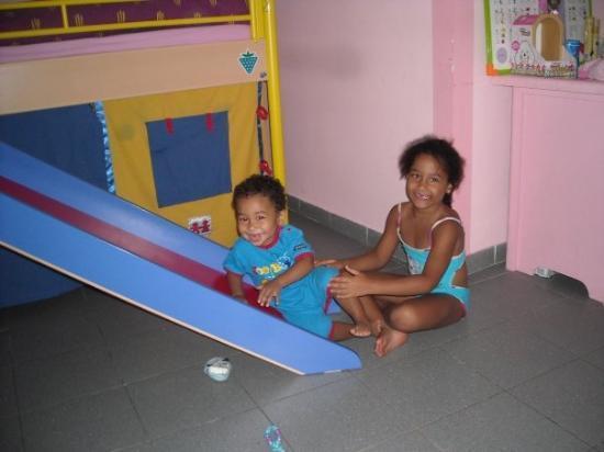 Abidjan, โกตดิวัวร์: Hanneké et Kemeth qui joue dans la glissade du lit.