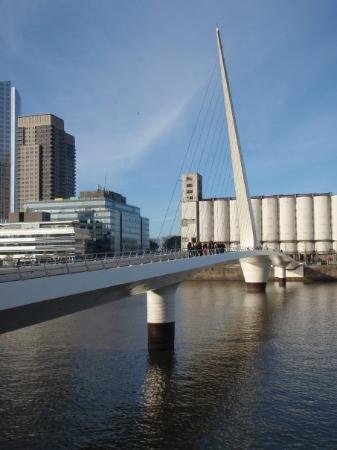 เปอร์โตมาเดโร: Bridge that is supposed to resemble tango dancing...weird eh?