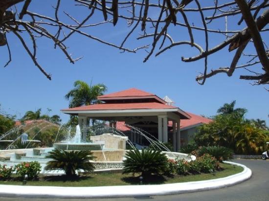 ไลฟ์สไตล์ ทรอปิคอลบีช รีสอร์ท & สปา: The front gate of the resort