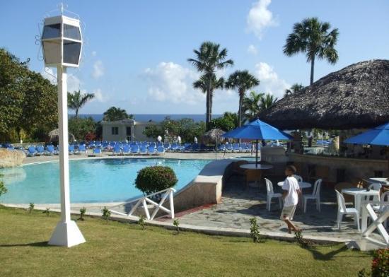 ไลฟ์สไตล์ ทรอปิคอลบีช รีสอร์ท & สปา: One of the swimming pools; the poolside bar is deserted in the daytime