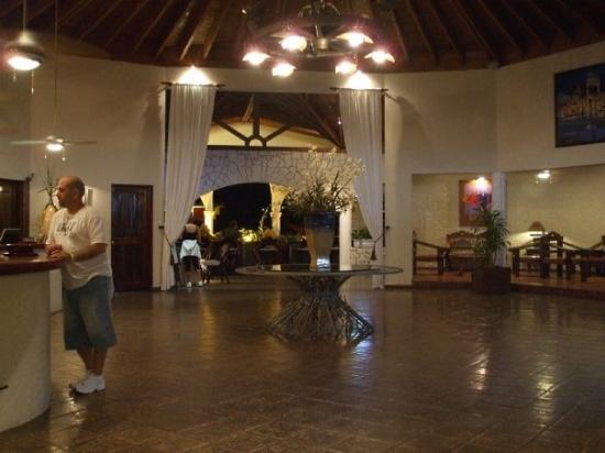 ไลฟ์สไตล์ ทรอปิคอลบีช รีสอร์ท & สปา: The resort lobby