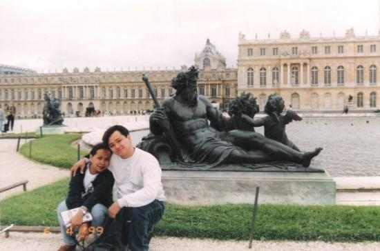 แวร์ซาย, ฝรั่งเศส: Versailles fountain of neptune with hubby igi, France