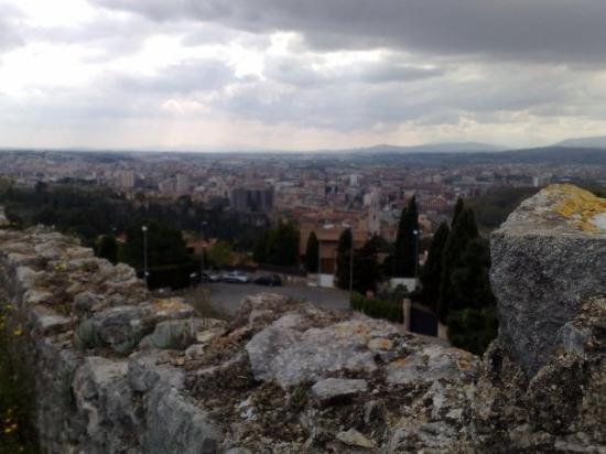 เจโรนา, สเปน: Looking down on Girona town from the fort in Montjuic