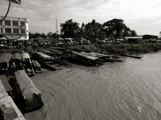 กูชิง, มาเลเซีย: Home Sweet Home by the river...