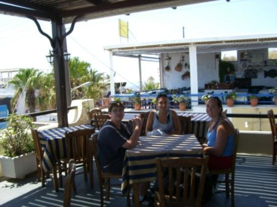 ซานโตรีนี, กรีซ: The kids having lunch in a roof top cafe overlooking the streets of Santorini.  Great views.