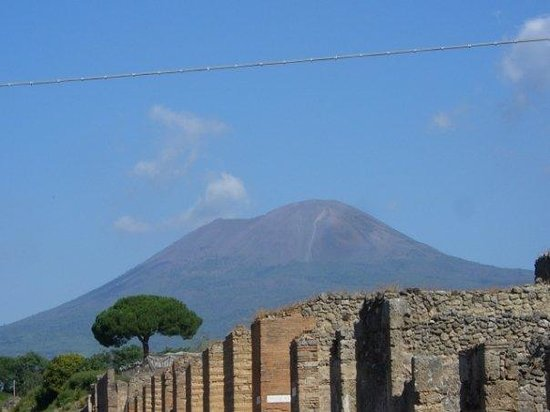 เนเปิลส์, อิตาลี: Pompeii, Italy.  Vesuvius as scene from Pompeii