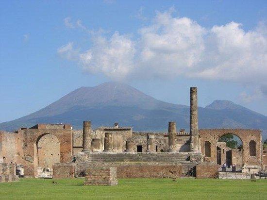 Vesuvio: Pompeii, Italy View of Mt Vesuvius from the ruins of Pompeii