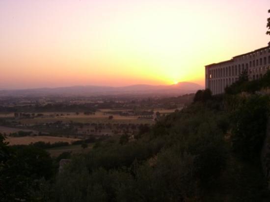 อัสซีซี, อิตาลี: Sunset over the Tuscan countryside