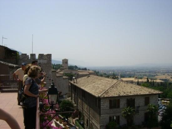 อัสซีซี, อิตาลี: This starts a series of shots from Assisi.  It looks out over the Tuscan countryside,  We had lu