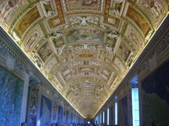 พิพิธภัณฑ์วาติกัน: Inside the Vatican museum.  The art is unbelievable.