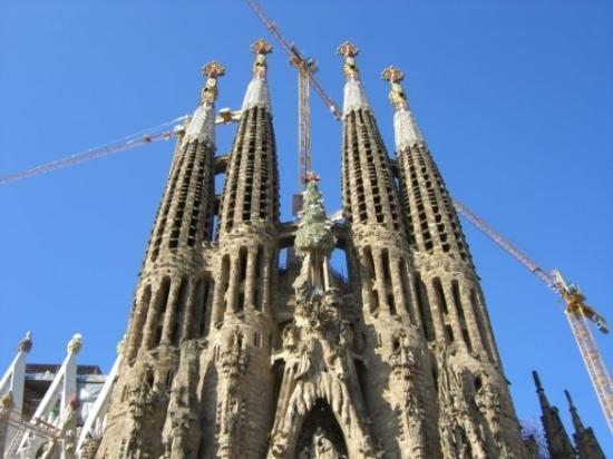 โบสถ์แห่งครอบครัวศักดิ์สิทธิ์: Barcelona and the cathedral.  It is still under construction after 100 years.
