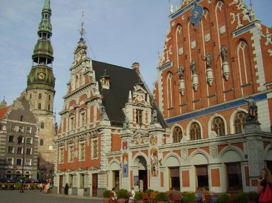 ริกา, ลัตเวีย: Doma Church in fron of Riga University.