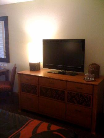 Courtyard by Marriott King Kamehameha's Kona Beach Hotel: King Kam dresser and TV
