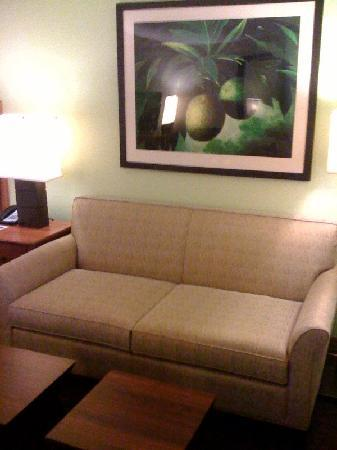 Courtyard by Marriott King Kamehameha's Kona Beach Hotel: King Kam sofa and coffee tables