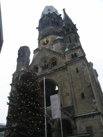Kaiser Wilhelm Memorial Church: Kaiser-Wilhelm-Gedächtniskirche  ... queda una parte... para que no olvidemos a lo que se puede