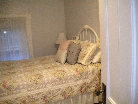 Inn at Glendyer: Bed in the Garden View Room