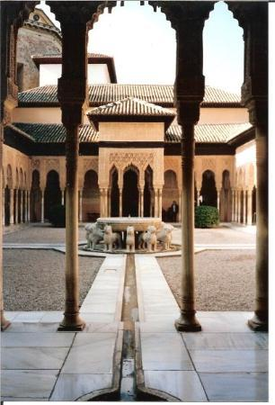 อัลฮัมบรา: This fountain in the center of Alhambra living chambers is said to be modeled after one that was
