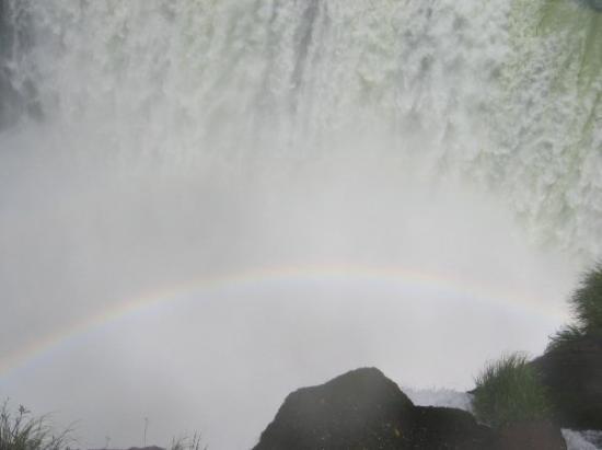 Iguazu National Park, อาร์เจนตินา: ARCO IRIS IMPRESIONANTE EN LA GARGANTA DEL DIABLO.