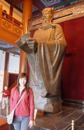 Kaifeng, จีน: รูปปั้นท่านเปา