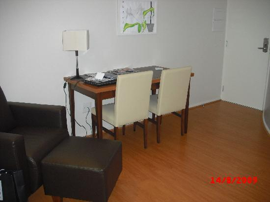 Hotel Boulevard: Dining table in room