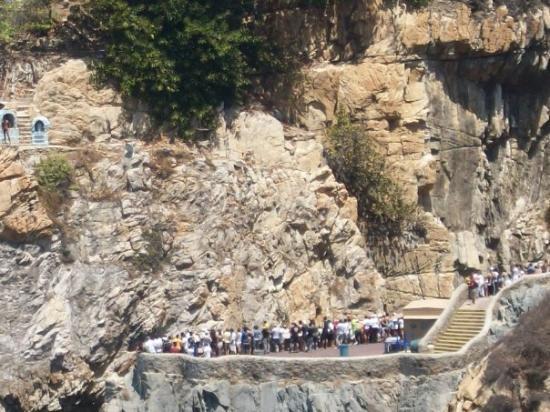 อะคาปูลโก, เม็กซิโก: The tourists who come to see the famous Clavadistas (Cliffdivers) on the Quebrada