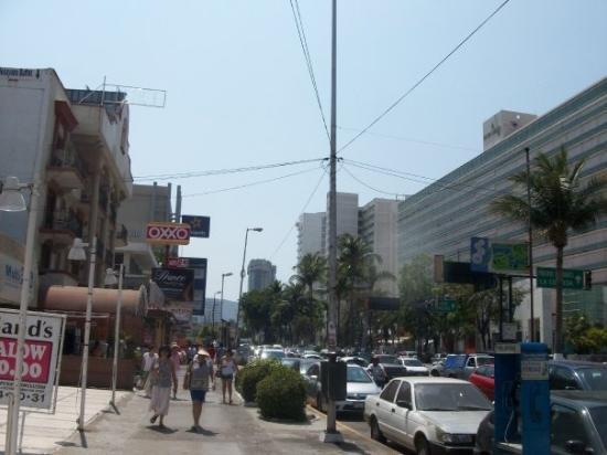 อะคาปูลโก, เม็กซิโก: Calle La Costera Miguel Aleman...the tourist street in Acapulco