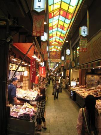 เกียวโต, ญี่ปุ่น: Nishiki Market,  a narrow shopping street, lined by more than 100 shops. Various kinds of fresh