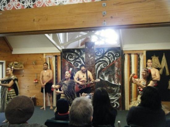 โรโตรัว, นิวซีแลนด์: During a maori concert