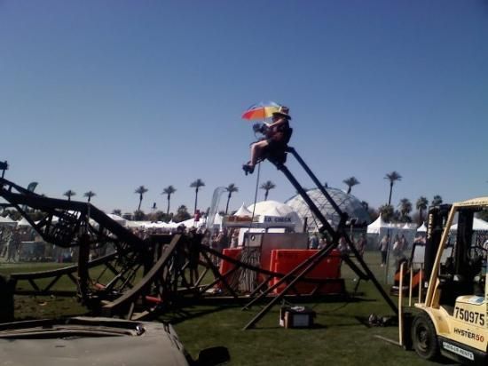 Coachella, แคลิฟอร์เนีย: Giant metal hand control
