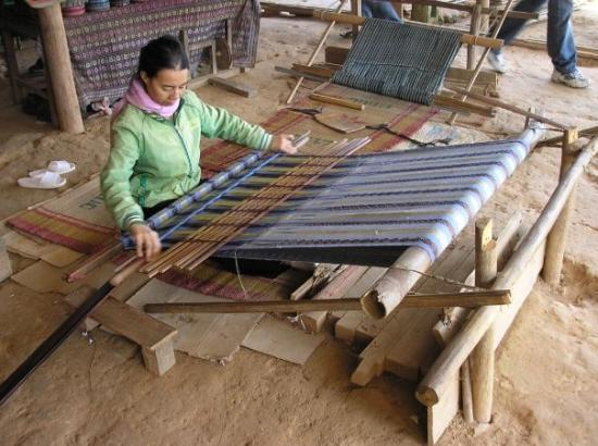 ดาลัด, เวียดนาม: Lat village, weaving, stop on Dalat motorbike tour.