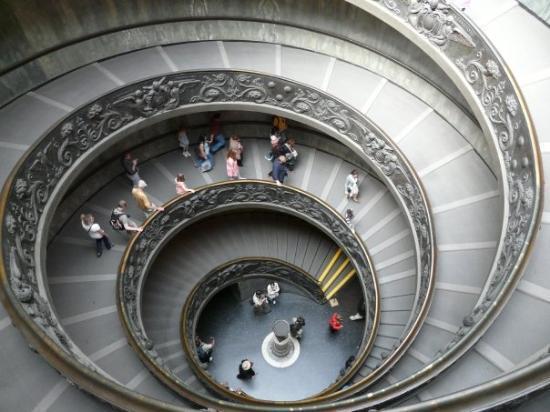 นครวาติกัน, อิตาลี: Escalinata en el interior del museo