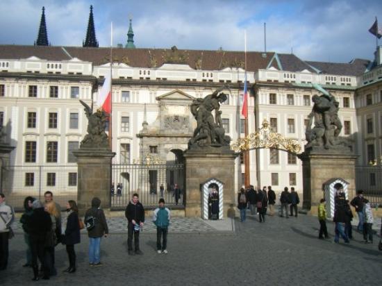 ปราสาทปราก: 1st courtyard at Prague Castle