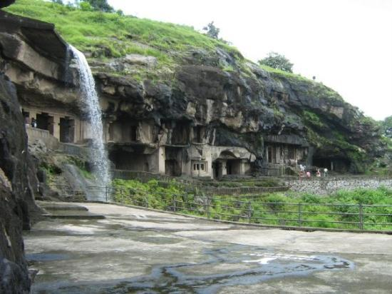 Ellora, อินเดีย: caves 1-9 and the waterfall in the midst