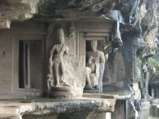 Ellora, อินเดีย: Entrance to cave no.5