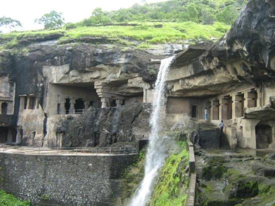 Ellora, อินเดีย: Waterfalls and the caves around it