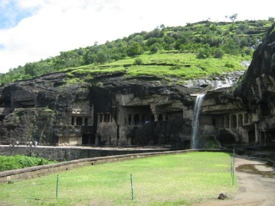 Ellora, อินเดีย: the caves are carved out in this mountain