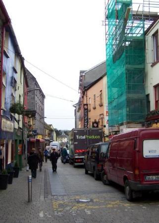 กัลเวย์, ไอร์แลนด์: On the first one, we spent two days at Barnacles, a hostel on Quay Street.