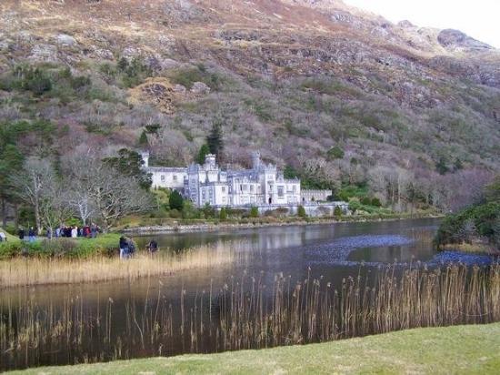 กัลเวย์, ไอร์แลนด์: Kylemore Abbey is a Benedictine monastery founded in 1920 on the grounds of Kylemore Castle, in