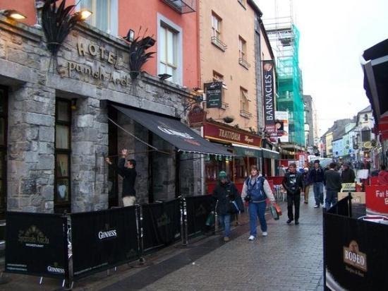 กัลเวย์, ไอร์แลนด์: Quay Street was always hoppin'.