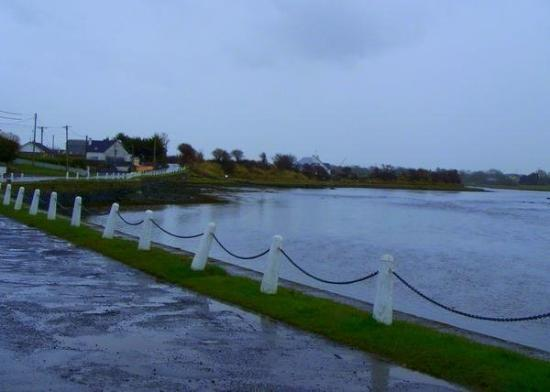 กัลเวย์, ไอร์แลนด์: The Weir across from the pub.
